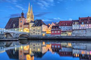 Regensburg bei Dämmerung mit Blick auf die Steinerne Brücke und den Dom